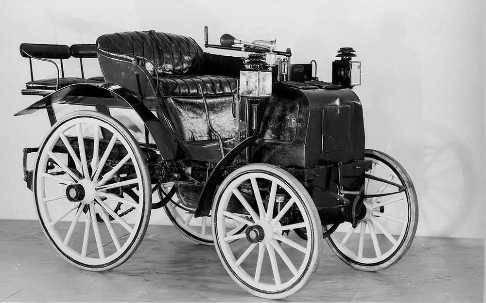 Trăsurile motorizate au participat la prima cursă de automobile acum 120 de ani.