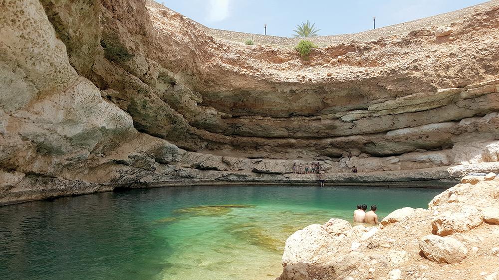 """Bammah Sinkhole – """"piscină"""" plină de peştişori Garra Ruffa."""