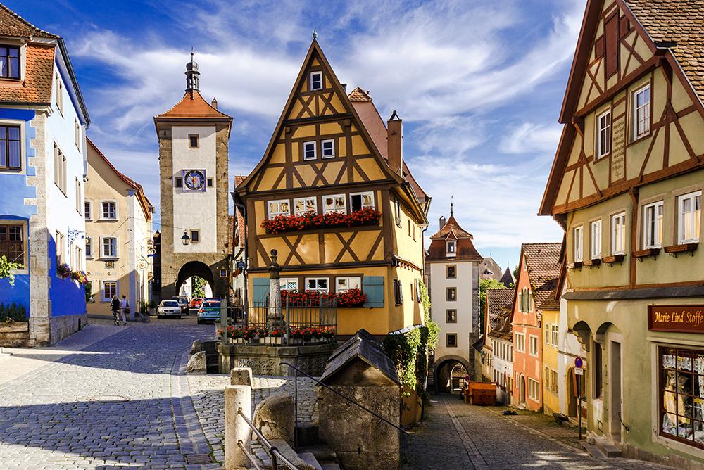 Plonlein sau Piața Mică (pagina anterioară) este unul dintre cele mai fotografiate locuri din lume. În stânga – Turnul  Siebers.