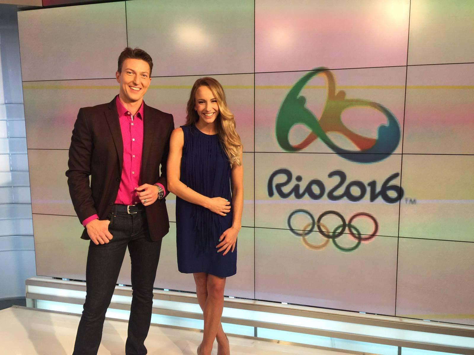 """Sandra Izbașa și Costin Deșliu, înainte de emisiunea """"Olimpicii României"""" la TVR. """"A fost un proiect foarte interesant. Eu știam ce se întâmplă la Olimpiada de la Rio și puneam întrebările în așa fel încât să afle și telespectatorii."""
