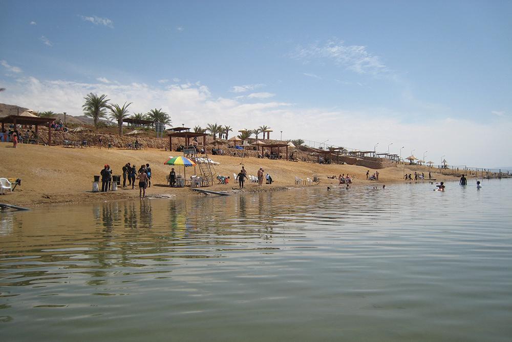 Poziţionată între Iordania şi Israel, Marea Moartă este la 400 de metri sub nivelul mării şi este locul unde se înregistrează cea mai mare presiune atmosferică. Apa are o salinitate de 280 gr/l (apa oceanului are 35 gr/l) şi conţine 21 de minerale, dintre care 12 se găsesc doar aici. Din cauza acestor proprietăţi, nimic nu poate supravieţui în Marea Moartă.