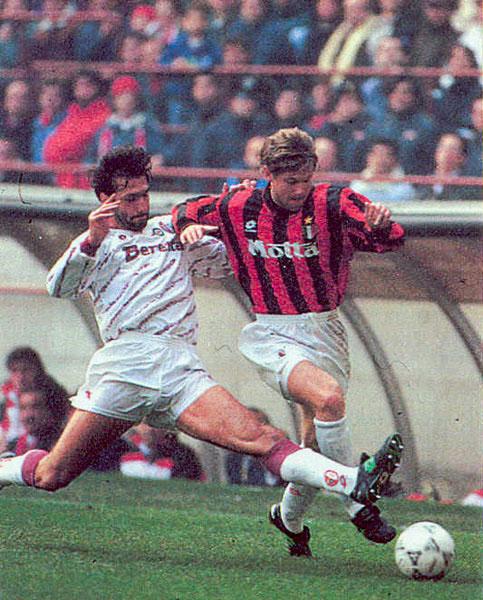 Răducioiu, în tricoul Milanului. Fotografia a fost realizată la meciul cu Torino, din 1993, în Supercupa Italiei. Milan a câștigat duelul cu 1-0.