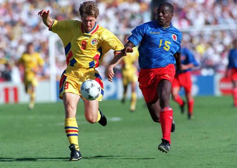 Răducioiu chinuie apărarea columbiană în meciul câștigat de România cu 3 la 1, la Mondialul din `94. Răducioiu a înscris atunci două goluri.