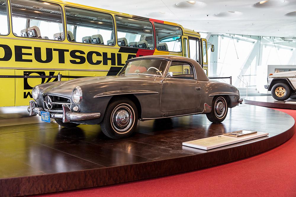 """Fahrzeugtausch in der """"Galerie der Namen"""" im Mercedes-Benz Museum: Fünf neue Fahrzeuge zeigen Persönlichkeit"""